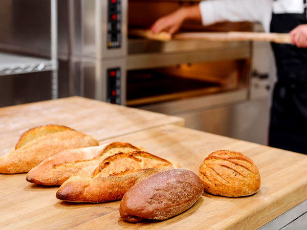 Frische Brote und Backofen. © Iurii Golub, 123rf.com.