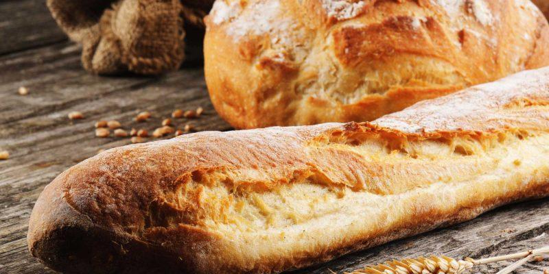 Weizenbrot. Foto: Frisch gebackene traditionelle Französisch Brot auf Holztisch, © Paul Grecaud, # 20245058 123rf.com .