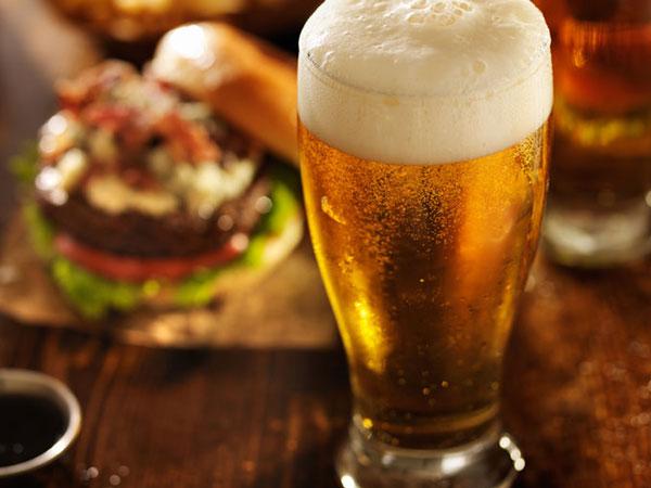 Kaltes Bier zum Essen. © Joshua Resnick, 123rf.com .