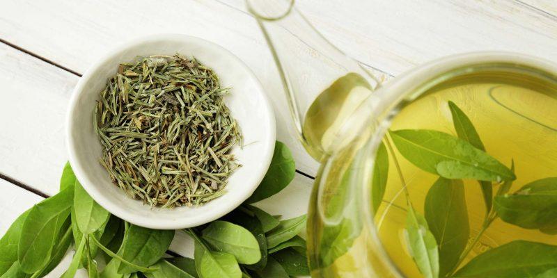 Foto: Grüner Tee, Tasse und Teekanne, © KMNPhoto - Fotolia #98976289