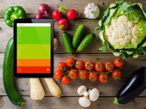 Gemüse auf dem Tisch verteilt. Foto: Mixed vegetables on wooden table, © Leszek Czerwonka, Fotolia.