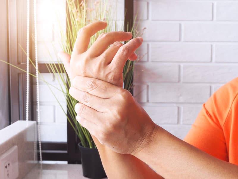 Schmerzen in der Hand: Eine Hand massiert die andere Hand. Foto: © pattkittima, #147975902 123rf.com.