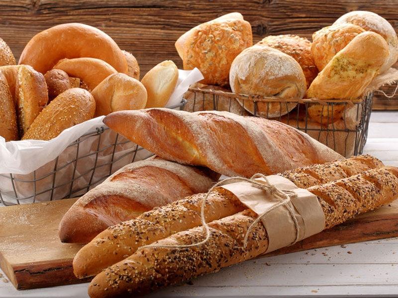Helle Brote, Baguettes und Brötchen. Verschiedene Arten von Brot auf hölzernem Hintergrund, © Pawel Horosiewicz, #71876646 123rf.com.