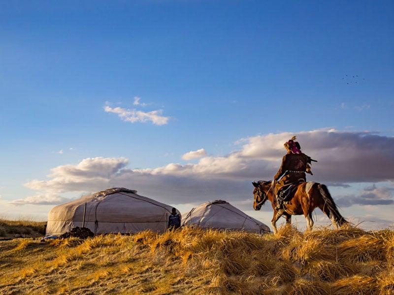 Mongolischer Nomade mit Pferd, © Kairi Aun, #93729326 123rf.com .