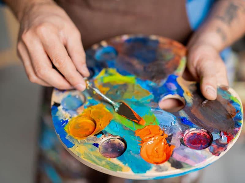 Ölfarben werden auf der Palette gemischt. Hand of painter mixing paints on palette, ©  Dmitrii Shironosov, # 131392974 123rf.com .