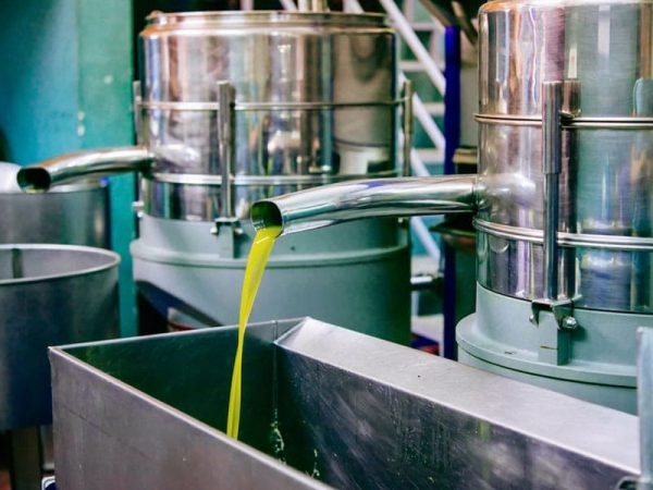 Öl und Kaltpresse für Olivenöl. © Yulia Grigoryeva, 123rf.com .