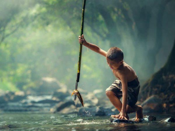 Junge fischt mit Speer. © teerapolp24, 123rf.com.
