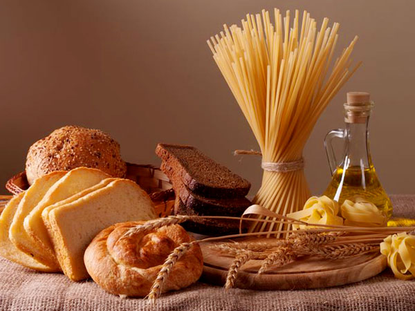 Weizen Lebensmittel Brot, Nudeln, Toast, Brötchen. Foto: Stillleben mit Brot, Nudeln und Weizen, © Ghenadii Boiko, 123rf.com.