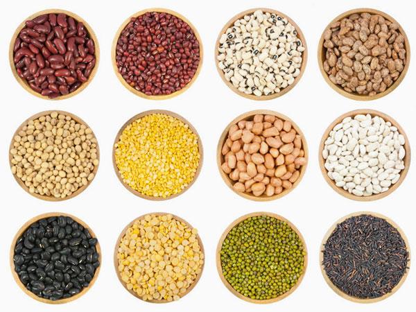 Bohnen, Linsen und Saaten in Schalen. © Sataporn Jiwjalaen 123rf.com.