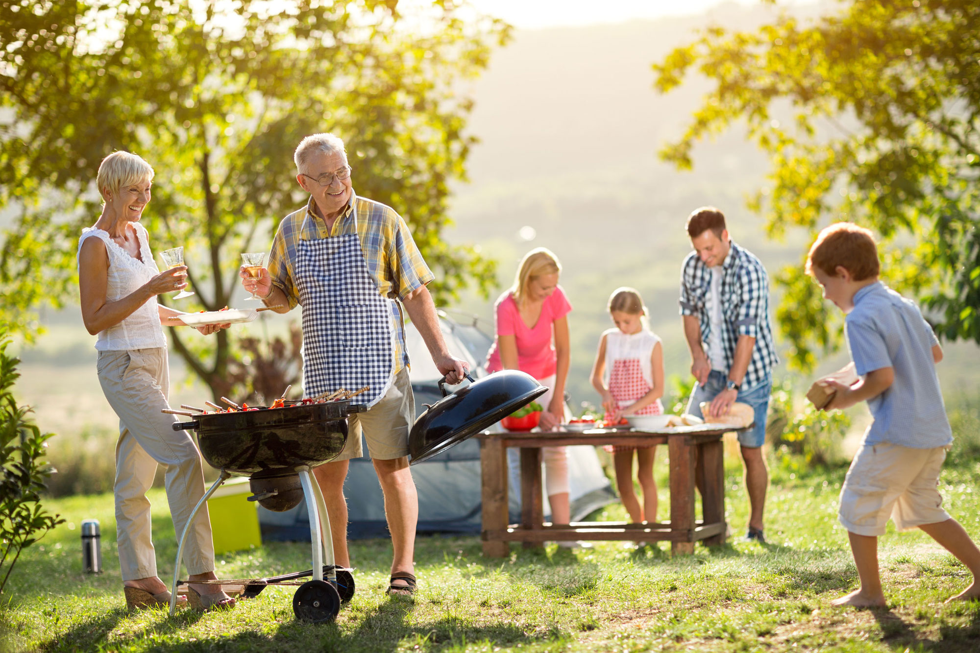 Alt und Jung beim Grillen. © luckybusiness 123rf.com.
