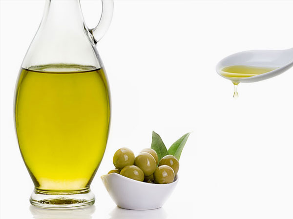 Kanne und Löffel mit Olivenöl, Oliven. &copy:  carther  123rf.com.