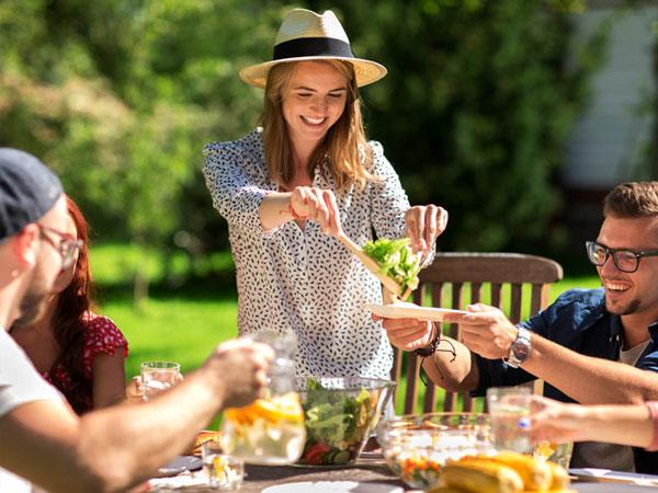 Gartenfest mit Freunden. © dolgachov 123rf.com.